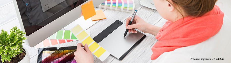 Bild Blogeintrag Mediengestalter:innen Berufsbild Frau am Tablet mit Farbproben